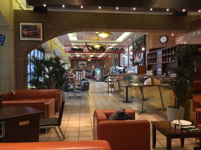 ヒストリーガレージ1Fのカフェ