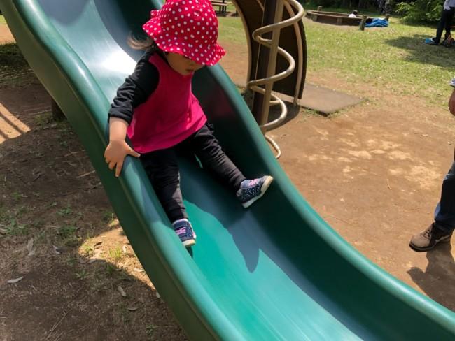 滑り台にハマる1歳10ヶ月娘
